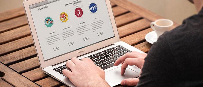 Pessoa vendo um site para MEI em um notebook
